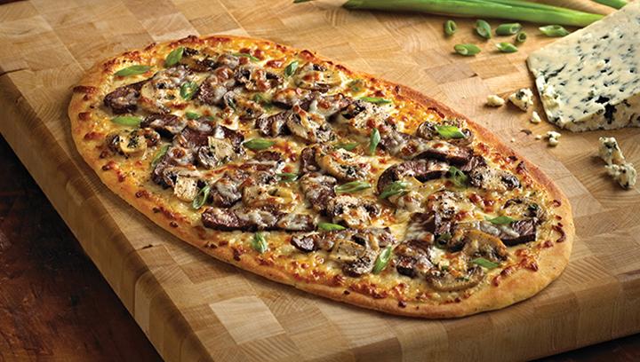 Delgadas rebanadas de carne de res mezcladas con champiñones marinados, queso mozzarella, y una pequeña capa de salsa bleu cheese, sobre nuestra masa de pizza delgada y crujiente.
