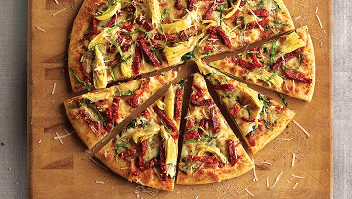 Nuestra famosa salsa de pizza con espinacas frescas, albahaca, alcachofas, tomate deshidratado, ajo asado, queso parmesano y queso mozzarella.