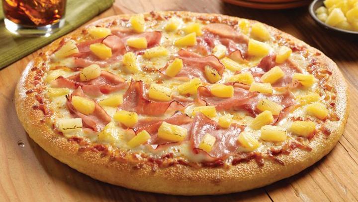 Nuestra famosa salsa de pizza con jamón, piña y queso mozzarella.