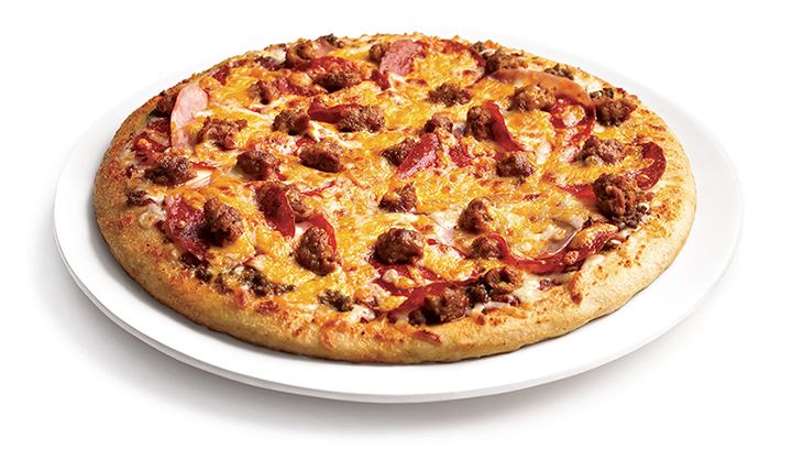 Jamón ahumado, pepperoni, carne molida de res y salchicha Italiana picante con salsa de carne y quesos mozzarella y cheddar.