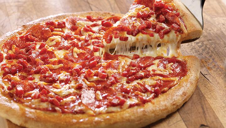Nuestra famosa salsa de pizza con abundantes porciones de pepperoni picado y pepperoni en rebanadas con quesos fontina y mozzarella.