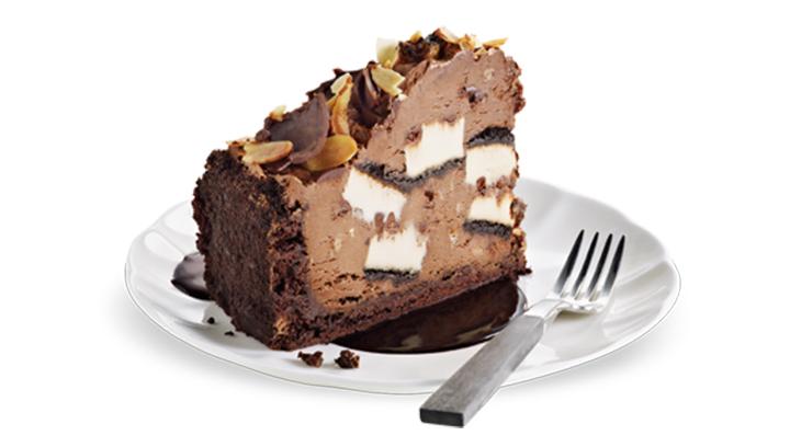 Para los amantes del Chocolate. Un mousse de chocolate espeso y cremoso, con pedazos de pastel de queso, caramelo, toffee y almendras, encima de una galleta de chocolate.