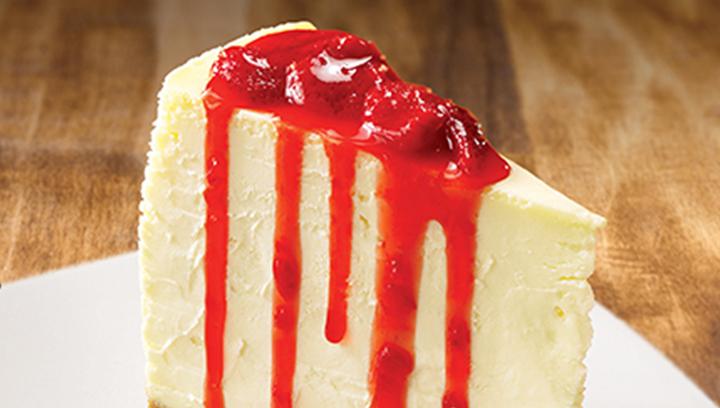 Nuestra tradicional torre de cheesecake sobre una base de deliciosa galleta bañada con su elección de jarabe de fresa o frambuesa.