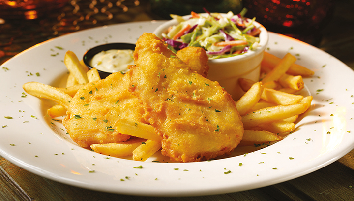 Filetes de pescado blanco ligeramente capeadas y fritas. Servidas con papas a la francesa sazonadas, ensalada de col tipo Baja y salsa tártara.