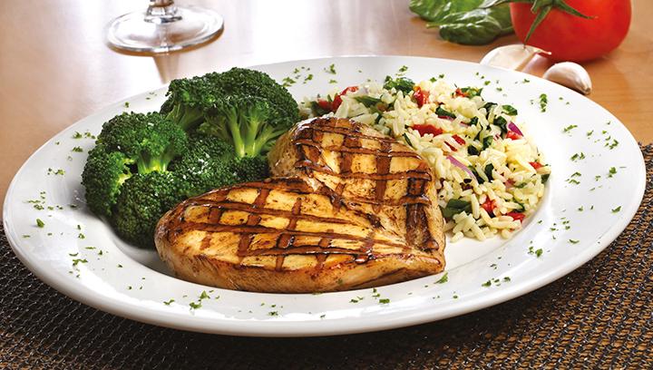 Su eleccion de pechuga de pollo cajún o a la parrilla, servida con brócoli y arroz florentino.