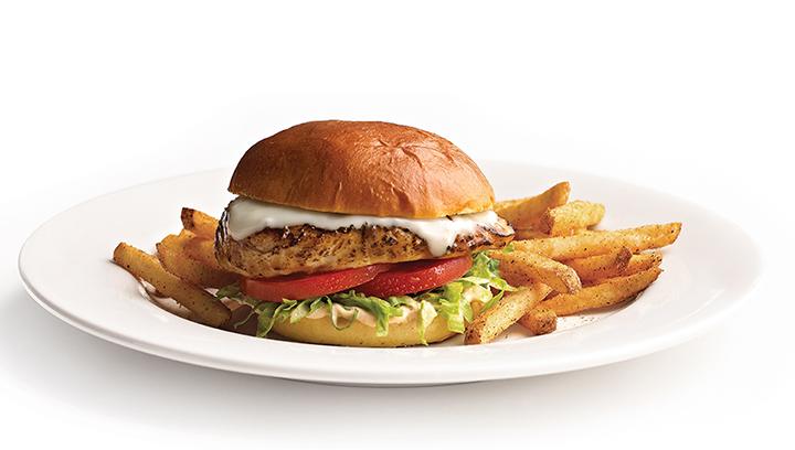 Pechuga de pollo a la parrilla, queso mozzarella, lechuga y rebanadas de tomate. Servido con aderezo chipotle en pan kaiser tipo hamburguesa.