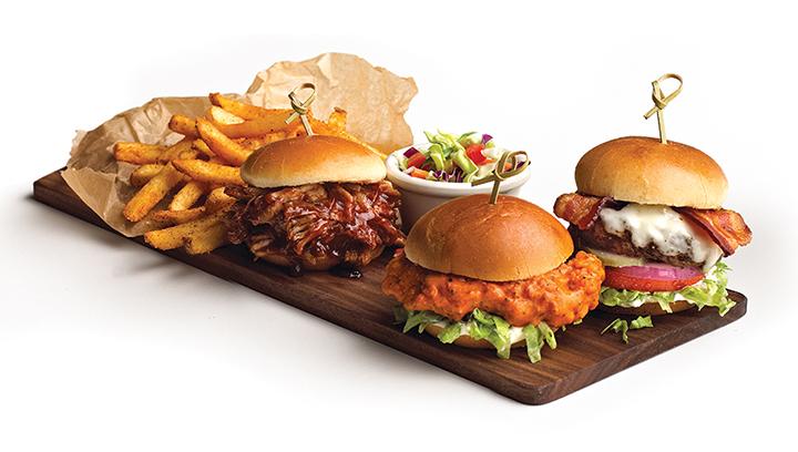 Elija tres mini-hamburguesas, servidas con papas a la francesa sazonadas.