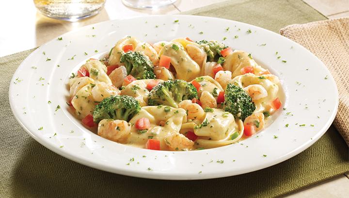 Tortelloni de queso, camarones en cubitos salteados con brócoli, cebollín y tomates mezclados en mantequilla de ajo y salsa romero-chipotle.…